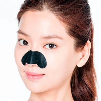 девушка с патчами для носа