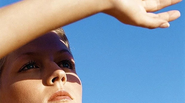девушка смотрит на солнце
