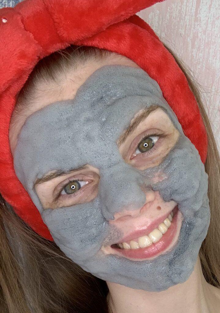 девушка с пузырьковой маски