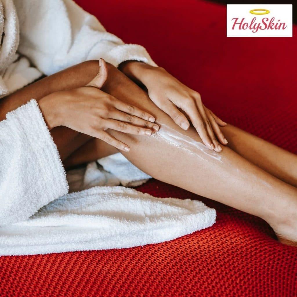 Девушка использует крем для тела после массажа