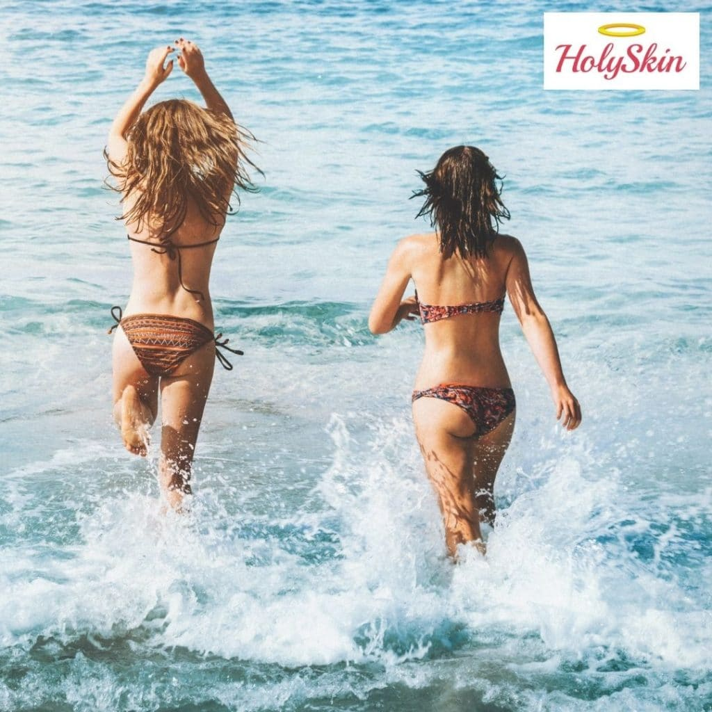 Девушки заходят в море