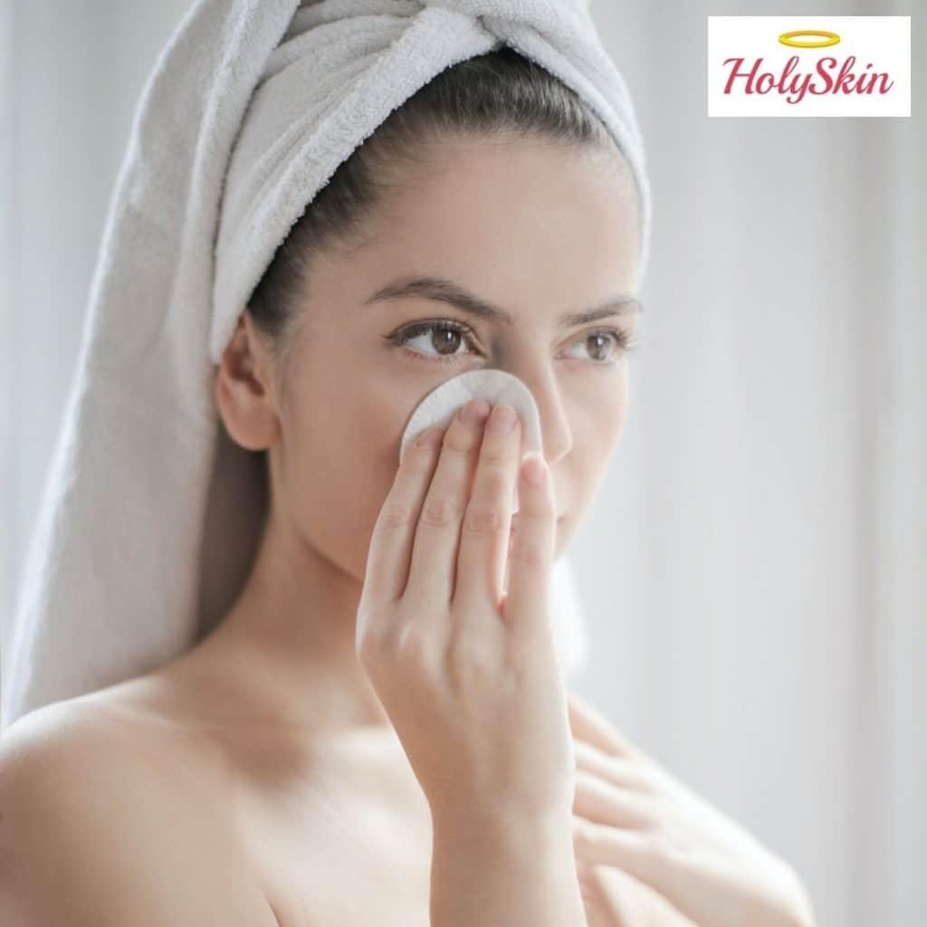 Девушка очищает глаза от макияжа