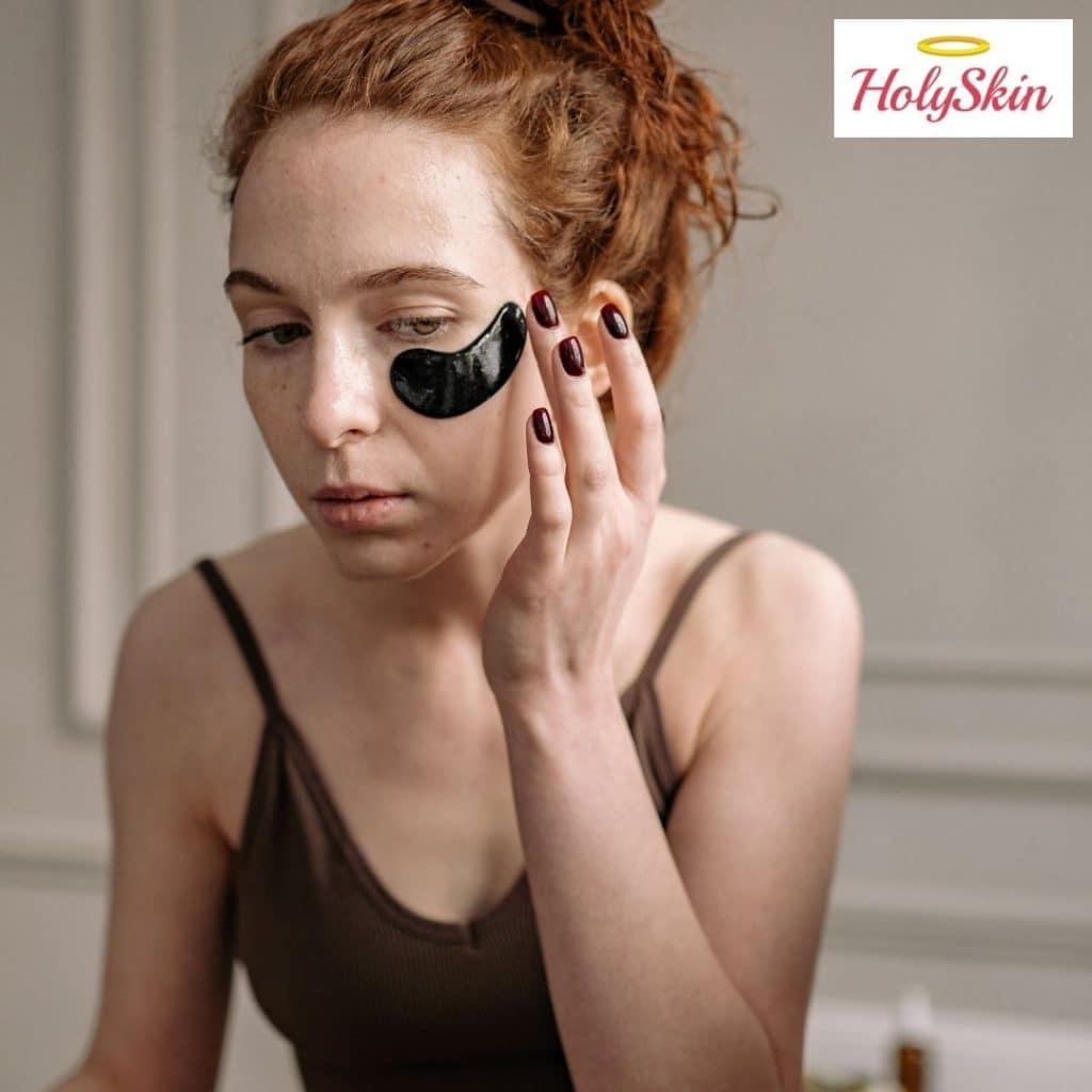 Девушка использует патчи для глаз