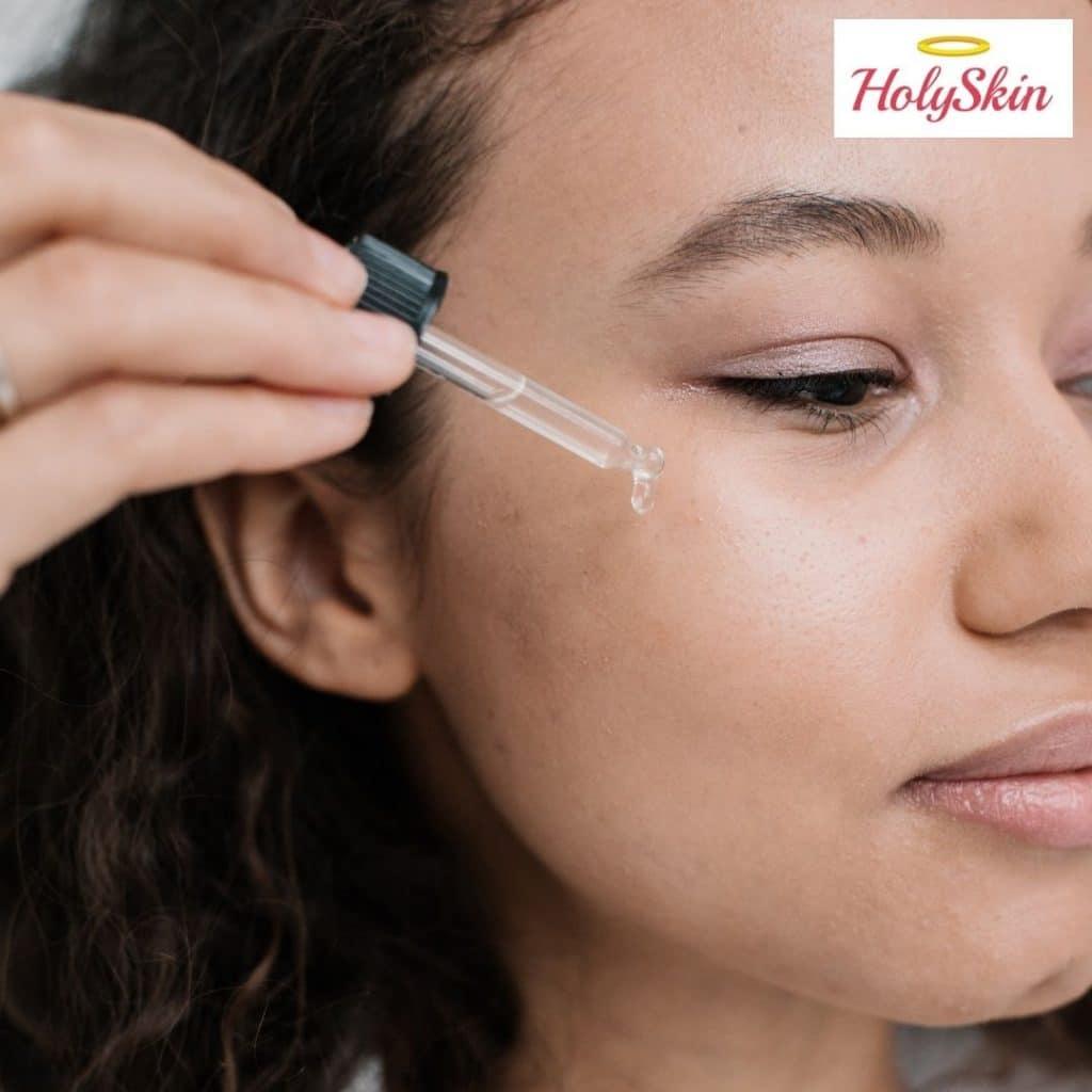 Девушка использует сыворотку для кожи вокруг глаз