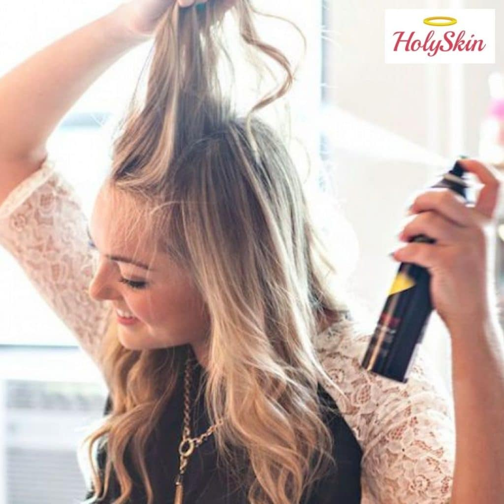 Девушка использует сухой шампунь для волос