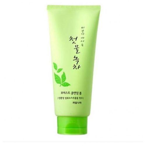 Пенка для умывания с зеленым чаем Welcos Green Tea Moist Cleansing Foam